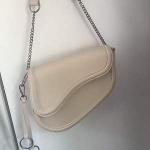 Säljer denna fina axelväska ifrån Ginatricot, på grund av att jag har en liknande. Väskan är i jättebra skick!!💞Frakt tillkommer