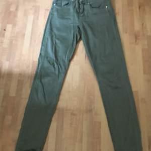 Jeans i nyskick från GinaTricot, de är nästan aldrig använda. De är lagom stretchiga. Frakt tillkommer.