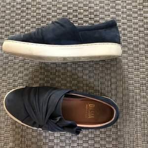 (GRATIS FRAKT) Fina marinblå slip-on sneakers från Dasia. Mycket fint skick då de inte är använda så mycket. Normal slitning på sulan:)