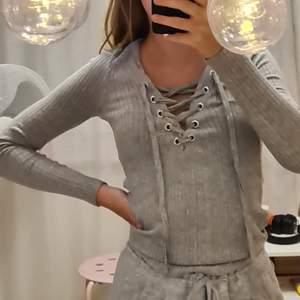 En jätte fin långärmad tröja som endast är använd 1 gång då jag inte gillar stilen på klädesplagget längre därav säljer jag den. Den är v-ringad vid bröstet och man kan själv knyta upp och knyta hur mycket man vill ska synas eller inte❤