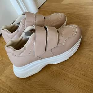 Ett par enkla & fina skor som har använts 1 gång! Säljer pga flytt