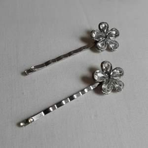 Pins, hårspännen med strassblommor, ca 1,5 cm i diameter. Spännets längd är ca 6 cm. Rejäla. Strassen är nött men blänker fortfarande, går attslipa dem för att