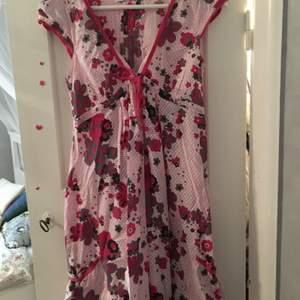 En äldre, men jättefin klänning i storlek 36 som endast är använd vid två tillfällen. Säljes eftersom jag aldrig använder klänningar.  Köparen står för frakt.  #Klänning, #Dress