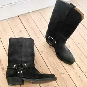Ett par riktigt fräcka boots! Dom har verkligen Super fin kvalite. Älskar dom men tyvärr lite för små... då jag själv har storlek 37 och dessa är i 36.