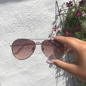 Säljer dessa fina pilot solglasögon med rose gullig ram, det är mörkt glas inuti❤️ använd en gång mycket mycket bra skick