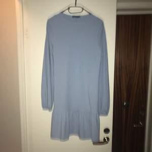 Söt klänning från Boohoo som aldrig använts pga inte riktigt min stil 💕 Frakten ingår i priset!