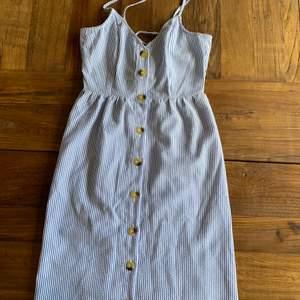 Jätte söt randig klänning ifrån Hm och använts bara någon gång och är i fint skick