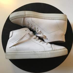 Höga, vita sneakers i skinn från Garment Project, strl 39! Använda men i jättefint skick. Nypris: ca 1700:-