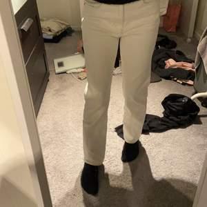 Vita jättesnygga jeans. köpt för 350 nypris 100. Frakt inkommer.