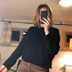 Cool svart sweatshirt. DMa för fler frågor eller bilder. Köpare står för frakt men jag kan också mötas upp i Lund. Kolla gärna in mina andra annonser också 🥰