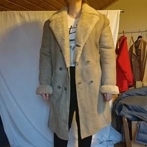 Klassisk kappa i äkta skinn, vintage och jättefin, passar m-l bäst💎