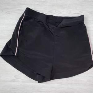 Svarta sköna shorts ifrån Gina Tricot, tyvärr förstora för mig. Men har resår på baksidan, har fickor dessutom. Är i storlek 36.