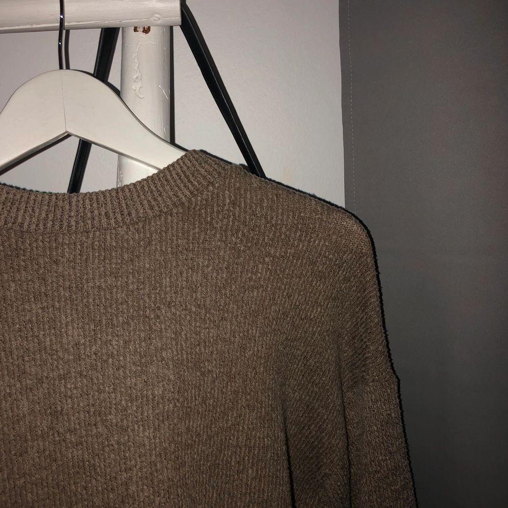 Säljer denna stickade tröja från zara. Nyskick. Frakt på 60kr tillkommer 💞. Stickat.