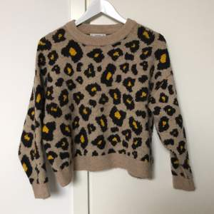 Beige/brun/gul leopardmönstrad tjocktröja i wool blend från Mango i storlek Medium. Använd fåtal gånger, köpt för två år sedan för ungefär 400 kr.
