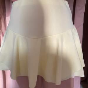 Som ny, gullig gul kjol från Nelly🌸 pris kan diskuteras