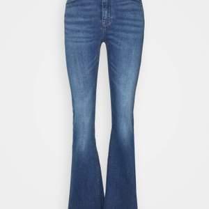 Ett par bootcut jeans i en fin blå färg. Säljer då de är för små och för att det inte är min stil längre.