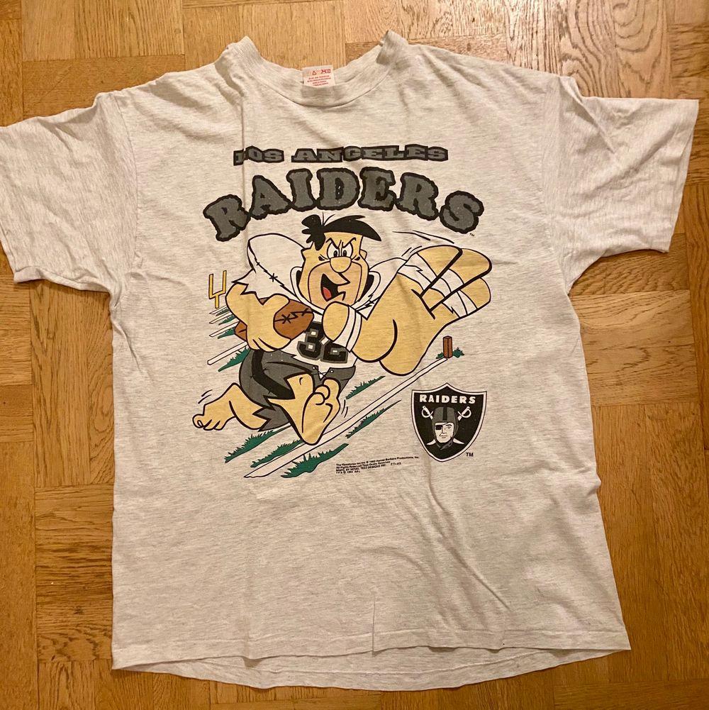 Jättefin vintage Raiders t-shorts. Strl XL men jag har använt den oversized som på bild. Pris 250 eller bud ☺️. T-shirts.