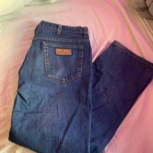jättesnygga vintage wrangler jeans! raka i modellen och i jättebra skick! köpta på second hand! spårbar frakt 63kr😋 skriv för fler bilder!
