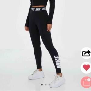 Säljer dessa supersnygga träningsleggings från Nike då jag råkade köpa en storlek för liten för mig! Därav har jag ingen bild på hur dom sitter på! Endast använda en gång vid provning då.  Kan gärna mötas upp i centrala Göteborg när jag är ledig💕