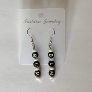 Mina örhängen går att köpa via www.strawberrycrafts.se! 🥰 kolla gärna in där om du gillar örhängena på min plick profil :D
