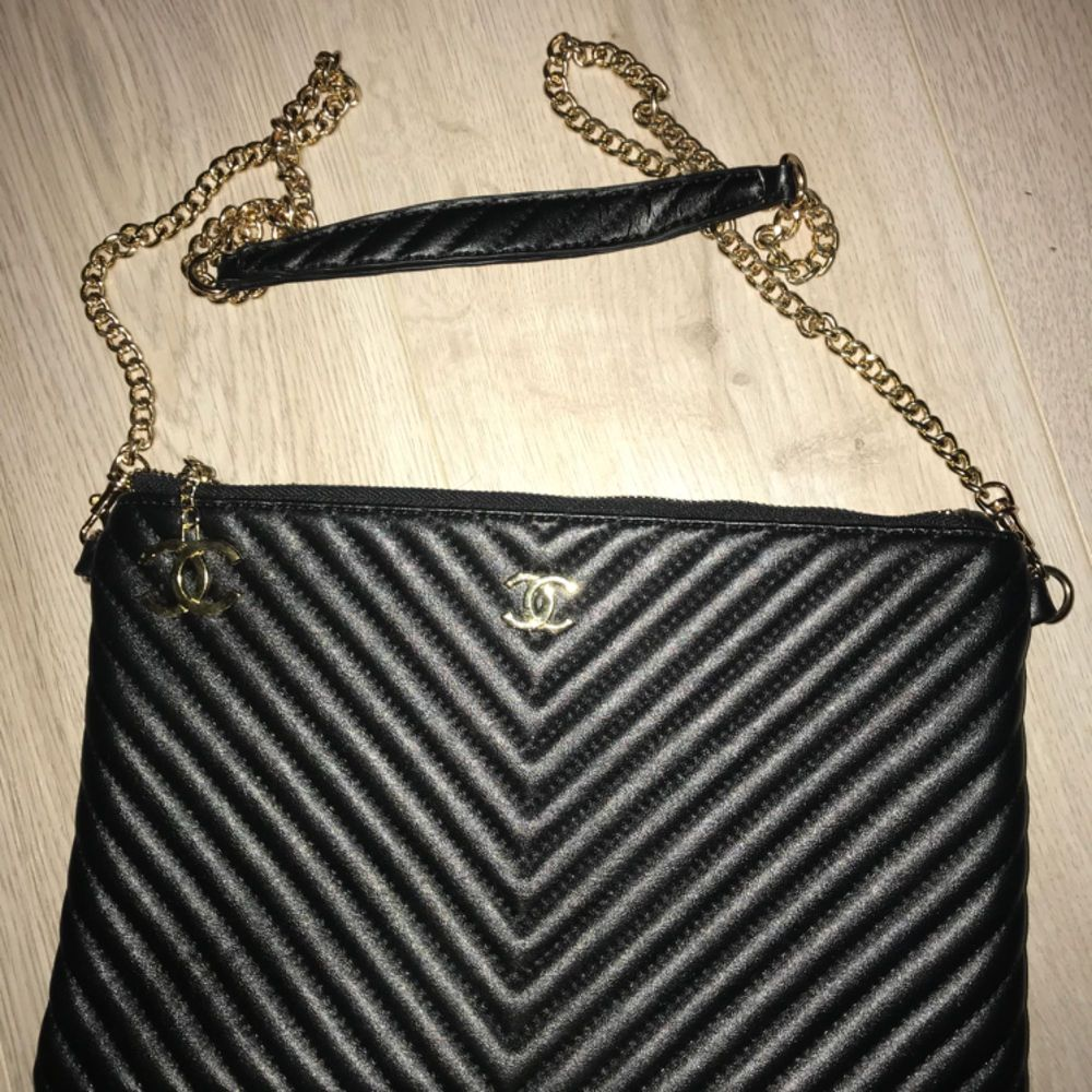 Chanel kuvert väska  Aa-kopia aldrig använd. Avtagbart axelband. Super fin kvalité . Accessoarer.