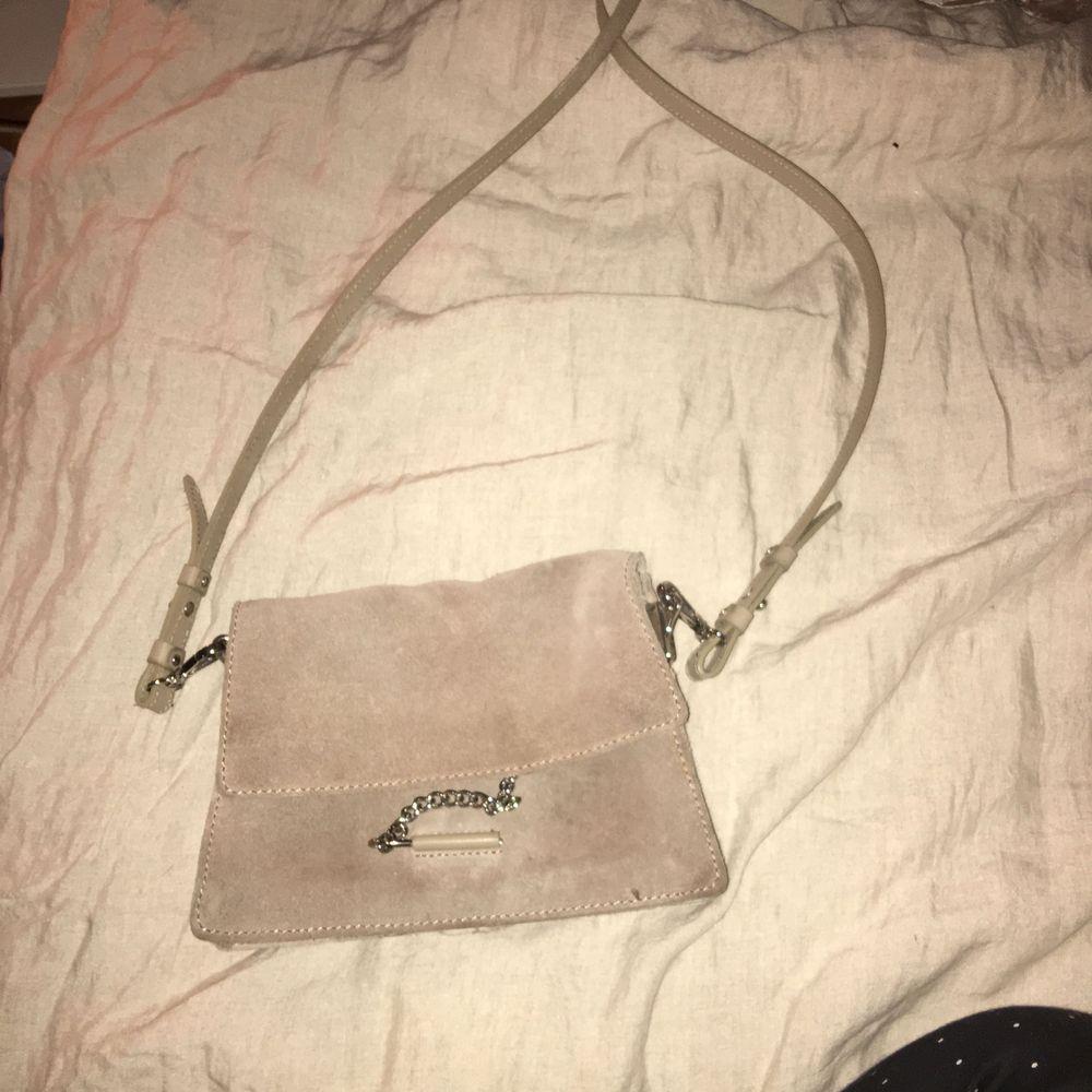 Säljer min fina beige/ljus bruna väska , påminner en aning om chloe. . Väskor.