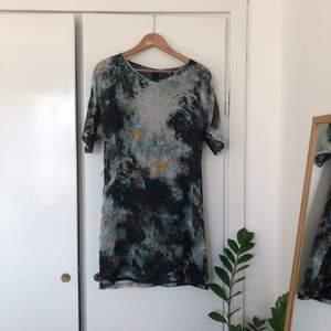 Jättefin klänning ifrån Minimarket.  100% silke. Sparsamt använd och i superfint skick!