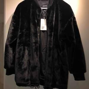 Lång svart päls bombar jacka ifrån monki. NY med lappen kvar. Möjlig att dra åt längst ner.  Möts i Göteborg