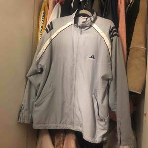 Oldschool jacka från Adidas. Sitter snyggast om man är en storlek mindre än L, då blir den oversized 🤤