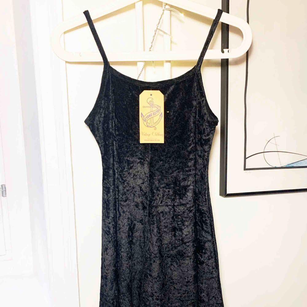 Sammets klänning i svart köpt på Beyond Retro. Otroligt fin, kan bäras både till vardags och till fest. Aldrig använd då Jag köpt denna i för liten storlek. . Klänningar.