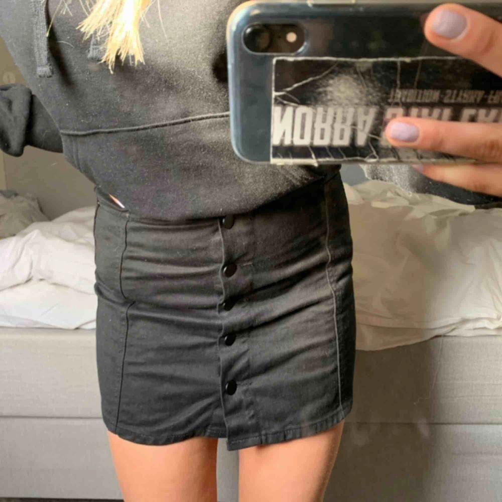 Jätte fin jeans kjol!! Fint skick. Kjolar.