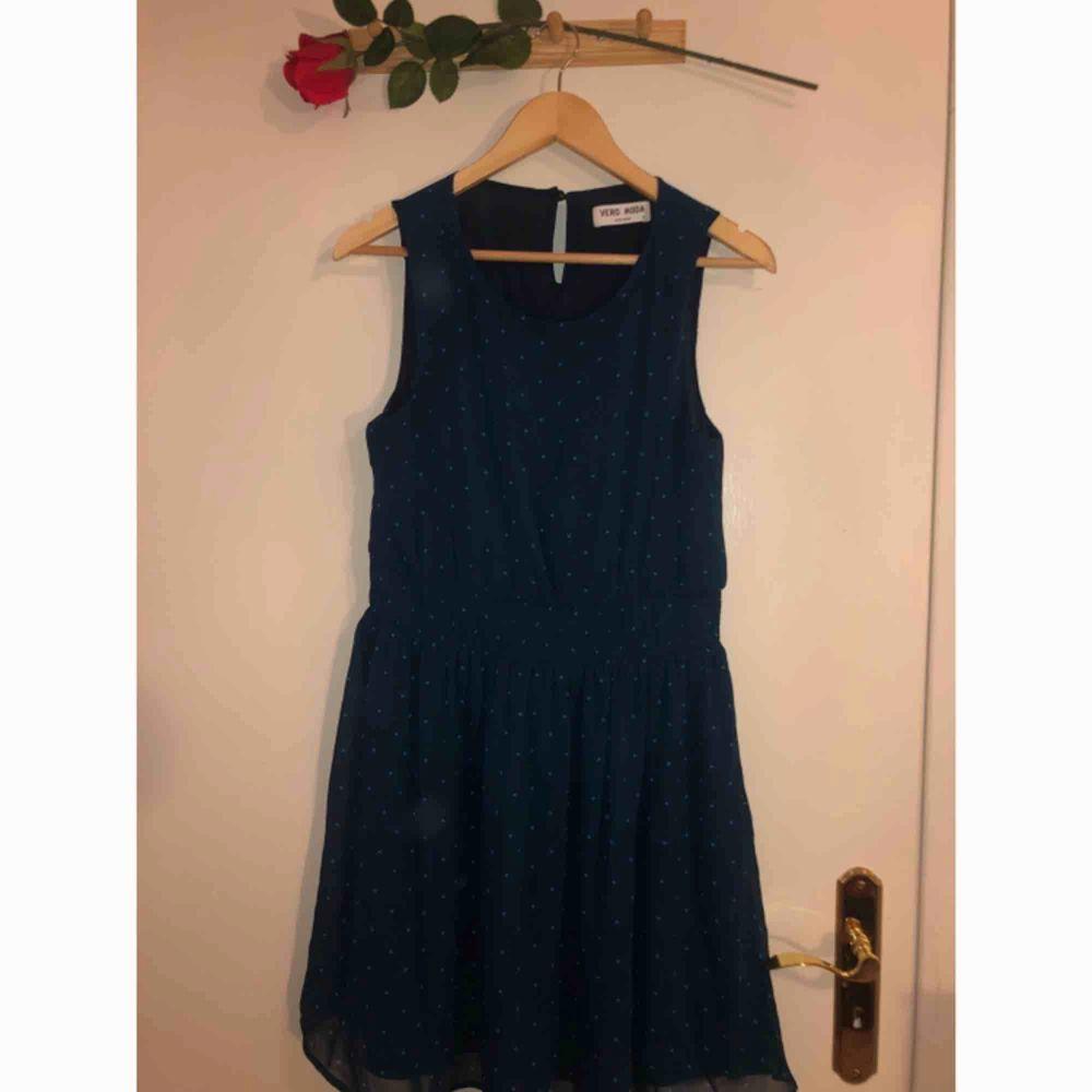 Mörkblå klänning med turkosa prickar i nyskick!. Klänningar.