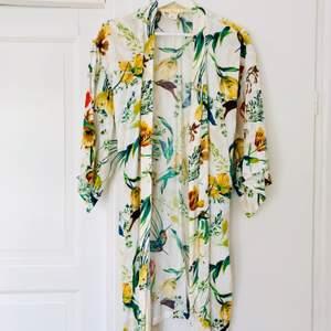 Kimono eller morgonrock från Lindex med fint motiv. Sval och härlig! Mycket fint skick! Stl S, true to size. Köparen står för frakt, 44 kr
