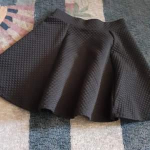 En jättefin kjol i bra skick  som jag endast har använt 2 gånger då kjolar inte riktigt är min grej:/ Frakt INGÅR redan i priset:)))