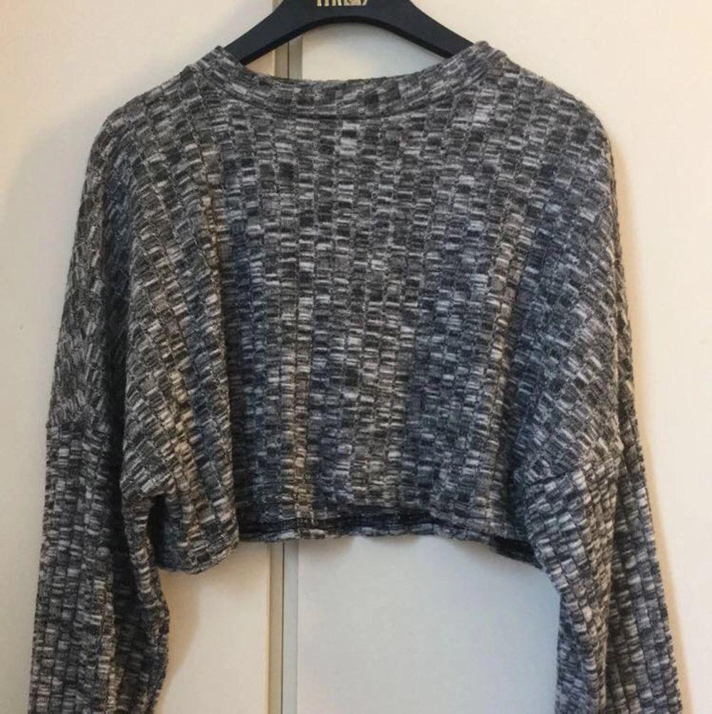 Säljer denna croppade tröja från boohoo. Har bara använt den 1 gång så den är i nyskick. Tröjan är supermjuk och så snygg! Säljer den för att jag ej har någon användning av den. 💕💕💕. Tröjor & Koftor.