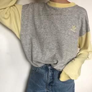 Snygg vintage Adidaströja! Använd i och med att den är vintage💞 Finns ingen storlek men skulle gissa på M. Köpare står för frakten!❤️