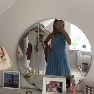 Säljer min jättefina balklänning som tyvärr aldrig kom till användningen. Den är helt ny och prislappen sitter kvar. Den är i storlek 32 och passar mig som vanligtvis är en xs-s. Nypris är 900 kr och säljes för 500 kr.