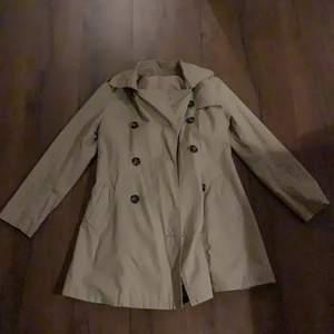 En fin kappa, vet inte vilket märke det är. Den är i bra skick och passar en S. Skicka om ni vill ha fler bilder så löser vi det. 💘💘