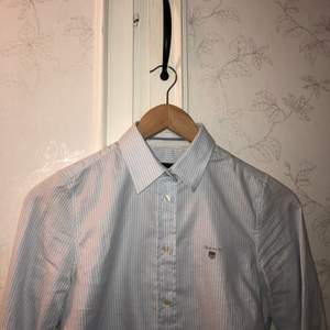 Säljer denna jättefina gant skjorta som är i nyskick, säljes pga inte min stil så aldrig kommit till användning, köpt på gant för 999kr,storlek 32 men passar xs/s, finns att hämta i Lingbo möjligtvis mötas i Gävle annars betalar köparen för frakt🥰