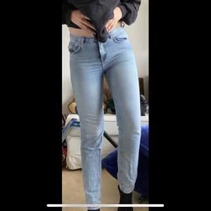 New Denim mom jeans JP Girlfriend Clean 52,  köpte de här på Plick men de passar tyvärr inte längre. Ser så gott som nya ut, bara testade av mig! Köparen betalar för frakt eller möts upp i Örebro. KOLLA MIN PROFIL FÖR MER JEANS FÖR 100KR 🤩