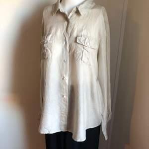 Skjorta i silke från Wera i storlek 42. Passar 36-42. Sparsamt använd.