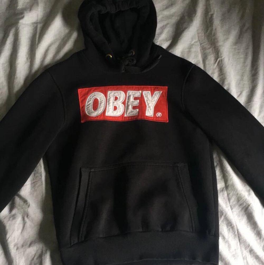 Äkta obey hoodie i mycket bra skick. Den är i strl XXS men den är stor så funkar utmärkt som en XS eller S också!! 🖤🖤       ❗️tar endast swish❗️. Huvtröjor & Träningströjor.