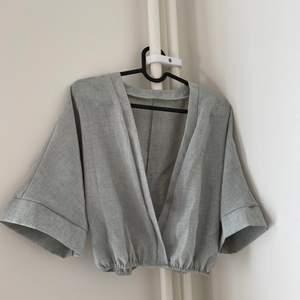 Snygg avslappnad tröja från Shein. Supersöt och enkel tröja. Andra bilden har tröjan en verklighetstrogen färg. Kan mötas upp i Halmstad annars står köpare för fraktkostnad.