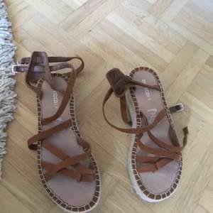 Ett par fina bruna mocka sandaler. Oanvända