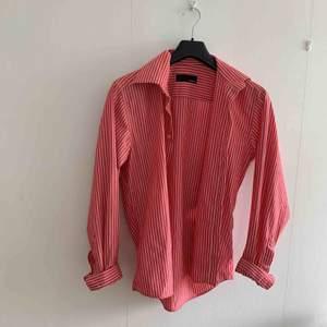 Blå gant-skjorta strl L men lite mindre i storlek 60kr.                 Röd bertoni-skjorta strl M 60kr.                                                             Svart tiger-skjorta strl M 60kr.                                         Frakt ingår ej