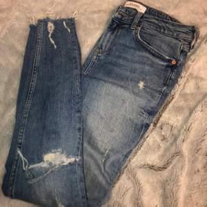 Blåa jeans från Zara med slitningar. Snygga och sköna. Använda få gånger. Fraktar eller möts upp i Solna, Stockholm.