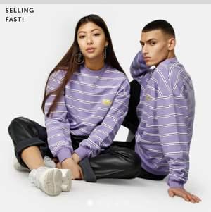 Jätte fin sweatshirt från junkyard, ny skick. 🦋🦋 fraktas och möts upp i Stockholm, står ej för frakt. Pris kan diskuteras