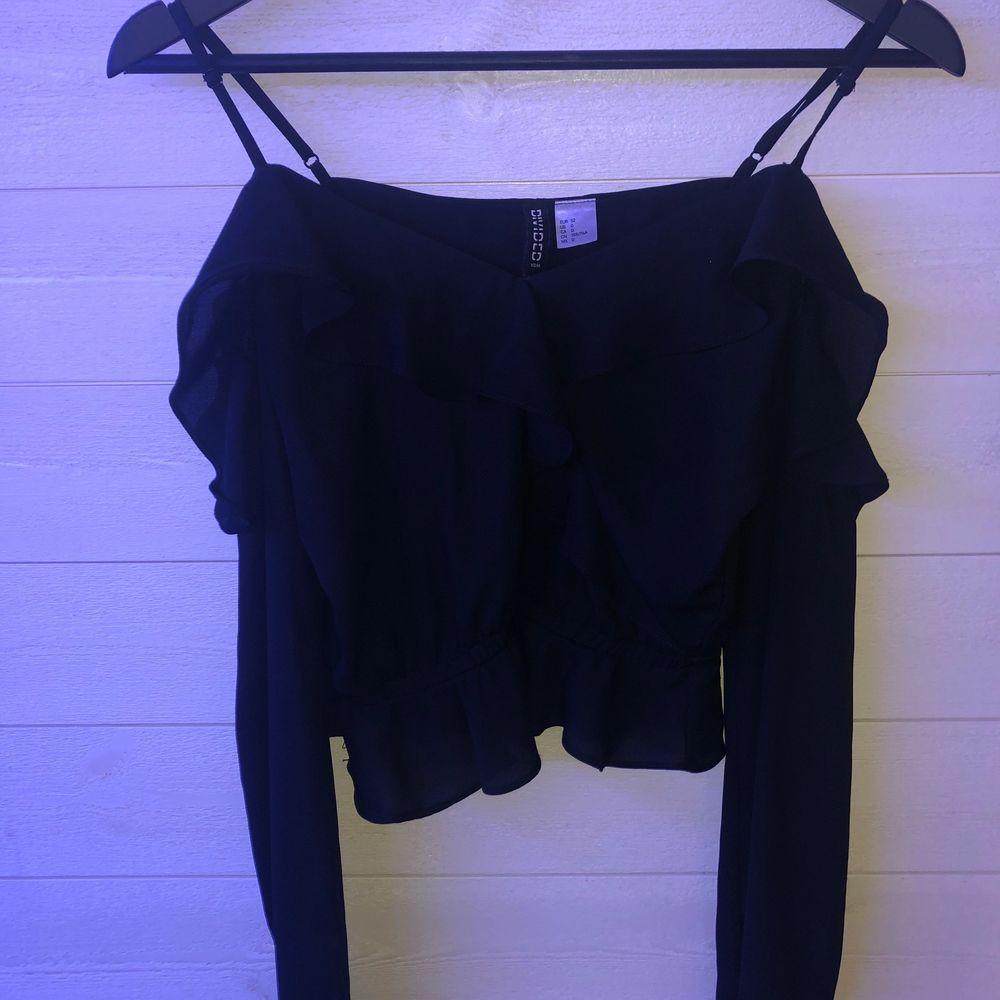 Jättefin svart blus från Hm i storlek 32. Använda inte pga att den är för liten. Använd minst 3 gg. 20kr+frakt . Blusar.