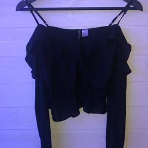 Jättefin svart blus från Hm i storlek 32. Använda inte pga att den är för liten. Använd minst 3 gg. 20kr+frakt