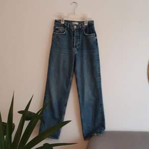 Fina jeans från Gina Tricot. Sparsamt använd. Artikelnummer: 85911. Frakt tillkommer.